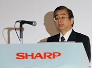 Executive Managing Officer Shigeaki Mizushima explains the technologies behind the four-primary-color 3D LCD